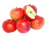 Haldy řezání zralé, červených jablek. samostatný. — Stock fotografie
