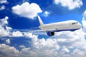 雲が空に飛行機. — ストック写真