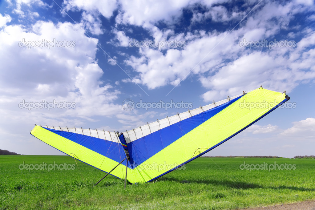 Motorized hang glider over green grass, ready to fly. — Stock Photo #6912306