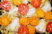Rauwe kip met tomaat en aardappel. — Stockfoto