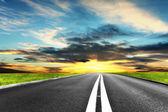 道路や日当たりの良い夏の日 — ストック写真