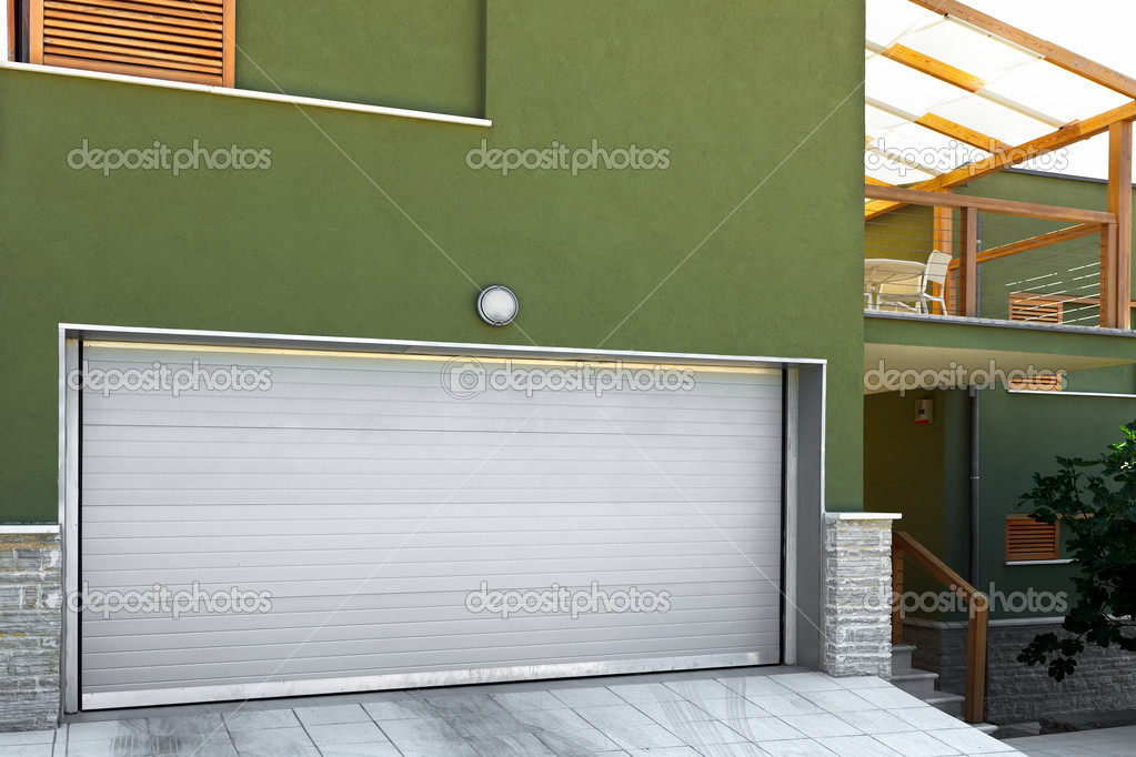 Garage in a modern home — Stock Photo #7383084