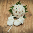 Shoes and bouquet on a wooden floor — Stock Photo #7175755