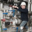 Employee tightens the screw — Stockfoto