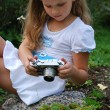 The little girl with the old camera — Stock Photo #6915056