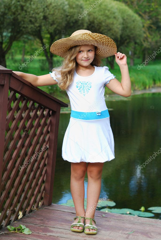 The little girl in a white dress and in a straw hat — Stock Photo #6914884