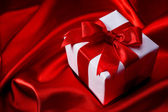 Gift on red background — Stockfoto