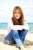 年轻漂亮的女孩,在沙滩上. — 图库照片