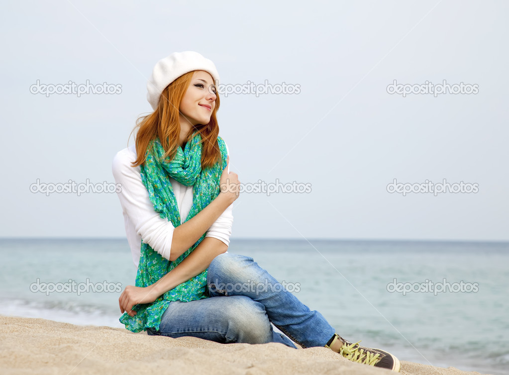 Young beautiful girl sitting at the beach. — Stock Photo #7117081