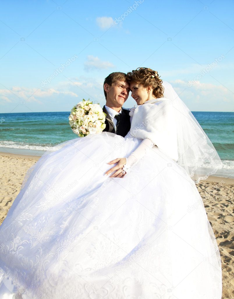 Newly married couple kissing on the beach. — Stock Photo #7317132