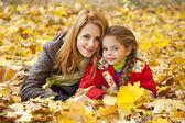 母亲和女儿在秋季黄色公园 — 图库照片