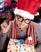 Hombres graciosos en la tapa con cajas de regalo de navidad. — Foto de Stock