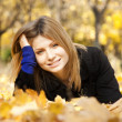 Smiling happy girl in autumn park - Foto Stock