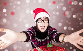 Divertente ragazza in occhiali con i regali di natale. — Foto Stock