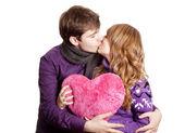 Couple s'embrassant. studio tourné. — Photo