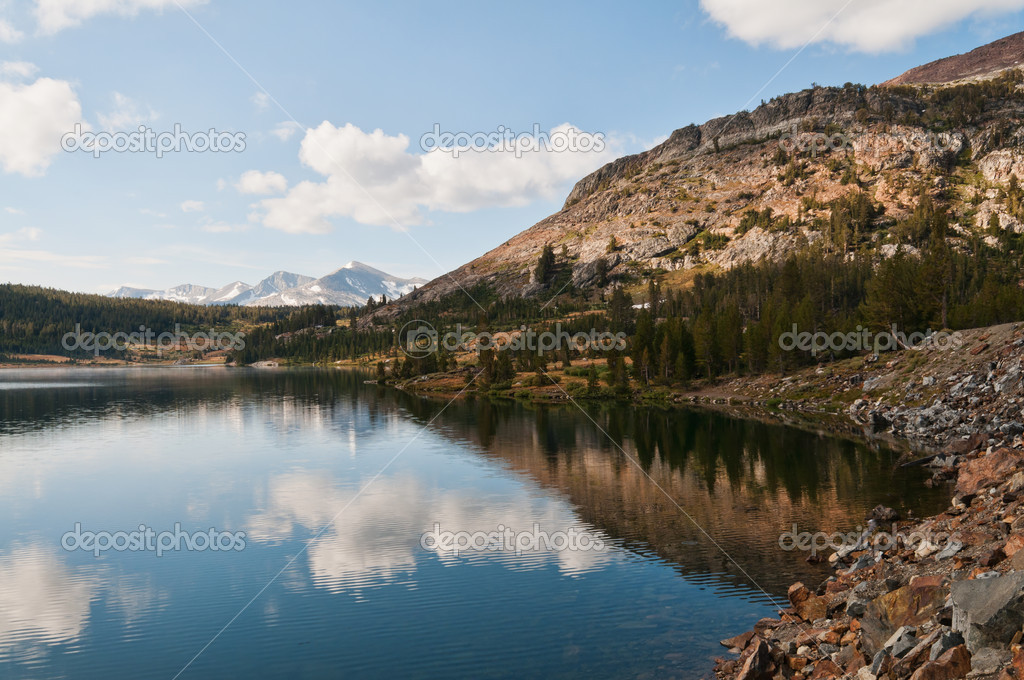 Tioga Lake at the eastern entrance to Yosemite National Park, California — Stock Photo #6803482