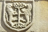 Middeleeuwse blazoen in oude deur, portugal. — Stockfoto