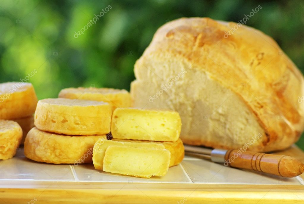 Portuguese cheese, knife and bread. — Stock Photo #7127918