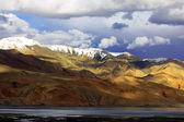 Landscape with mountain lake Tso Moriri — Stock Photo