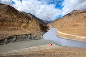 Confluence of rivers Zanskar and Indus. Himalayas — Stock Photo