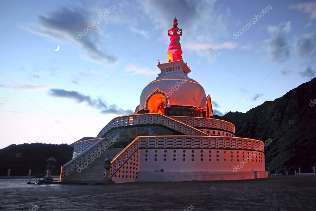 A Shanti Stupa in night time. Leh, Ladakh, India — Stock Photo #7369357