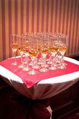 Een rij van champagneglazen — Stockfoto