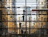 Construction worker on the scaffold — 图库照片
