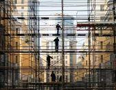 Trabajador de la construcción en el andamio — Foto de Stock