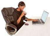 Kvinna textning till någon när man dricker vin — Stockfoto