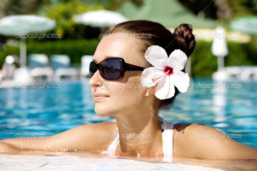 Gorgeous brunette enjoying the sun in pool — Stock Photo #6813932