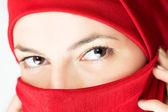 молодая женщина в красной вуаль — Стоковое фото