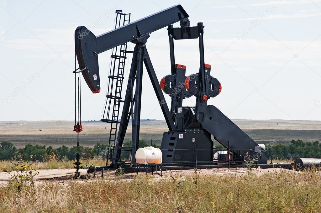 Working pump jack pulling crude oil out of an oil well in Colorado, USA — Stock Photo #6933470