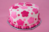 Kremówki biały tort z różowe kwiaty — Zdjęcie stockowe