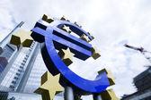 Euro simgesi ve şehir — Stok fotoğraf