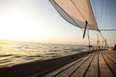 Corde su legno e yacht — Foto Stock