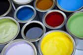 Latas y pintura en el fondo colorido. — Foto de Stock
