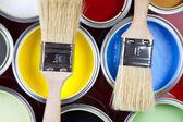 Farby, wiadra, farby i pędzel — Zdjęcie stockowe