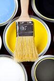 Latas, escova de pintura — Foto Stock