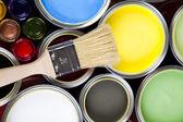 Puszki z farbą z pędzel — Zdjęcie stockowe