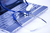 Laptop, zápisník a stetoskopem — Stock fotografie