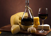 Red wine and cheese — Stock Photo