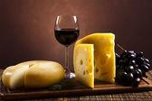 Zátiší se sýrem a vínem — Stock fotografie