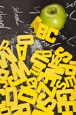 Lavagna, lettere e sfondo di scuola — Foto Stock