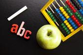 Apple auf zurück zur schule — Stockfoto