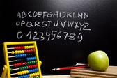 アルファベットと学校の黒板に文字 — ストック写真