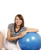 Ung kvinna med gym boll — Stockfoto