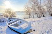 Modrá loď na řece dunaj — Stock fotografie