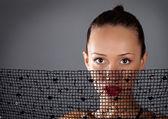 Kvinna ansikte med svart halsduk — Stockfoto