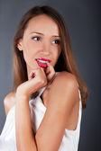 Schoonheid jonge vrouw studio prtrait op een grijze bg — Stockfoto