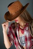 若い女の子の美しい唇の茶色の帽子の下笑顔 — ストック写真